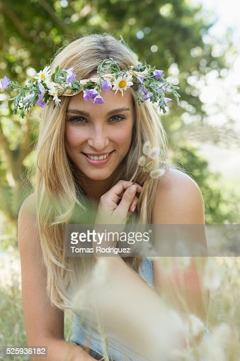 Portrait of young woman wearing flower wreath : Stockfoto