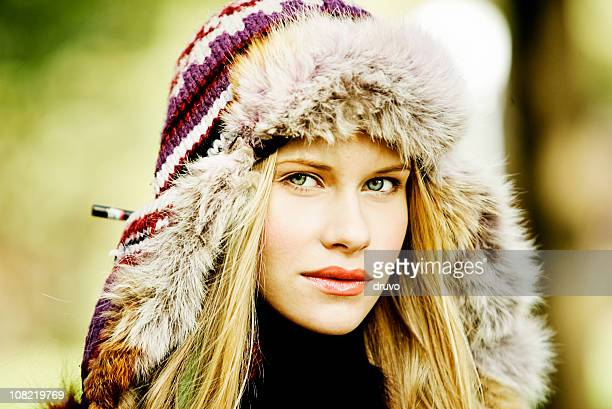 Portrait de jeune femme portant le chapeau de fourrure d'hiver
