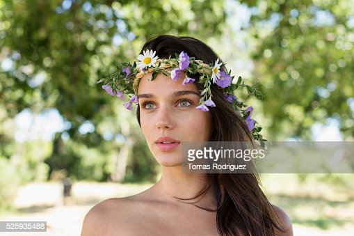 Portrait of young woman wearing wreath : Stock-Foto