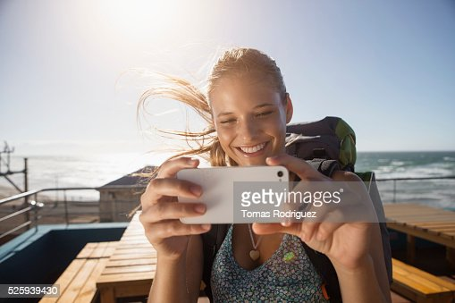 Portrait of young woman with backpack and smartphone : Stock-Foto