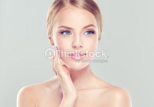 Porträt der jungen Frau mit sauberer frischer Haut und weichem, zartem Make-up. : Stock-Foto