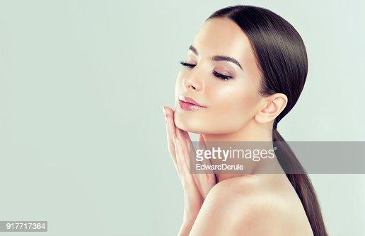 Porträt der jungen Frau mit frischen Haut reinigen und weich, zart machen. Frau ist zum eigenen Gesicht zärtlich berühren. : Stock-Foto