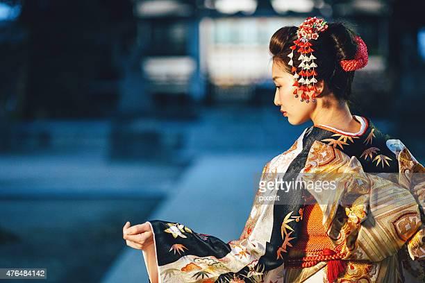 Porträt der jungen Frau mit kimono in Japan