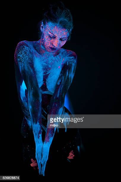 Ritratto Dipinto con fluorescente trucco sotto i raggi ultravioletti l