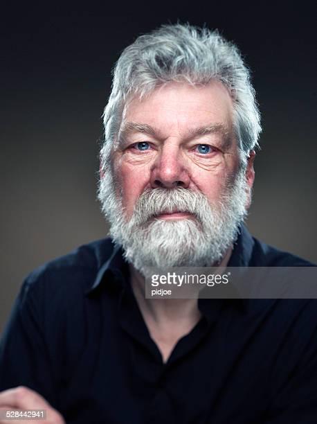 portrait véritable homme avec barbe, regardant directement la caméra