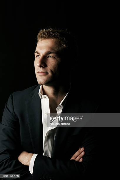 Portrait de la beauté masculine avec fond noir