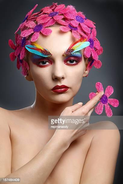 portrait avec des fleurs et de plumes