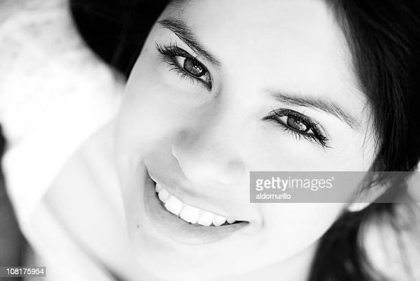 Portrait de jeune femme avec gros plan sur les yeux, noir et blanc