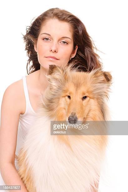 Retrato de una mujer joven con perro