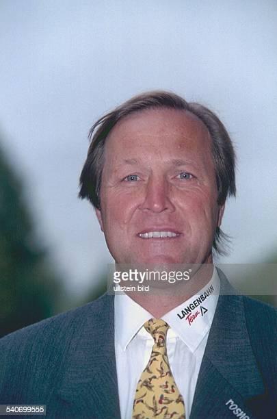 Portraitaufnahme des deutschen Eishockeysportlers Erich Kühnhackl vom 8101997 Am Kragen seines Oberhemdes läßt sich der Schriftzug 'Langenbahn Team'...