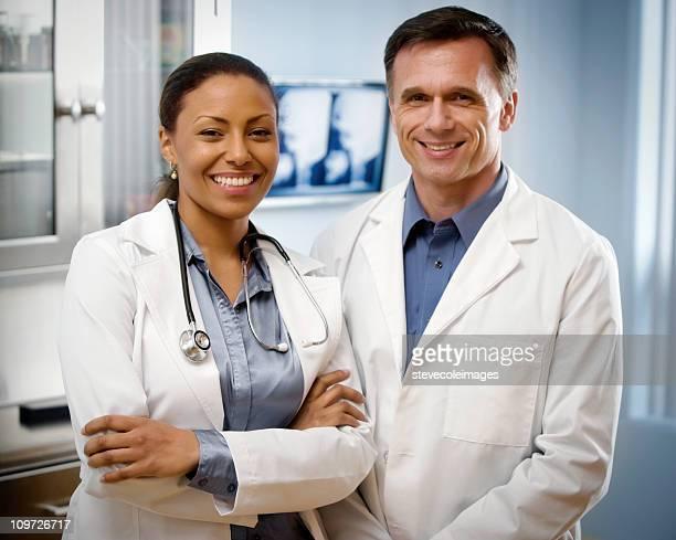 Portratit de feminino e masculino maduro médico