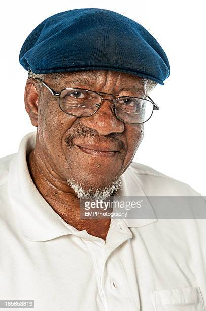 Portriat afro-américain Senior homme portant des lunettes et un chapeau