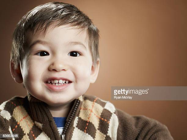 Portriat der glückliche 2 Jahre alter Junge.