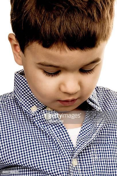 Porträt eines kleinen Jungen Symbol für Kindheit Unsicherheit Schüchternheit
