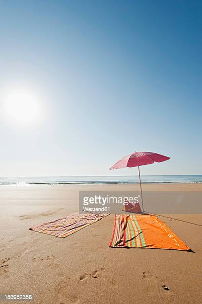 Portugal, Algarve, Sagres, Sunshade and blanket on beach