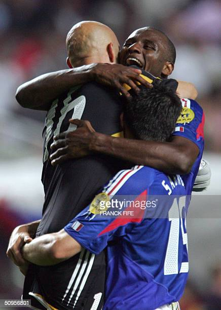 French goalkeeper Fabien Barthez celebrates with French midfielder Patrick Vieira after beating England 21 in their Euro2004 football match 13 June...