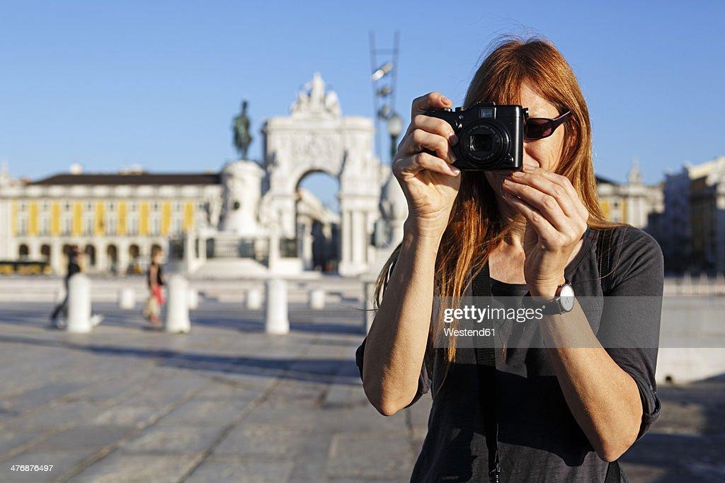 Portugal, Lisboa, Baixa, Praca do Comercio, woman photographing in front of triumphal arch : Stock Photo