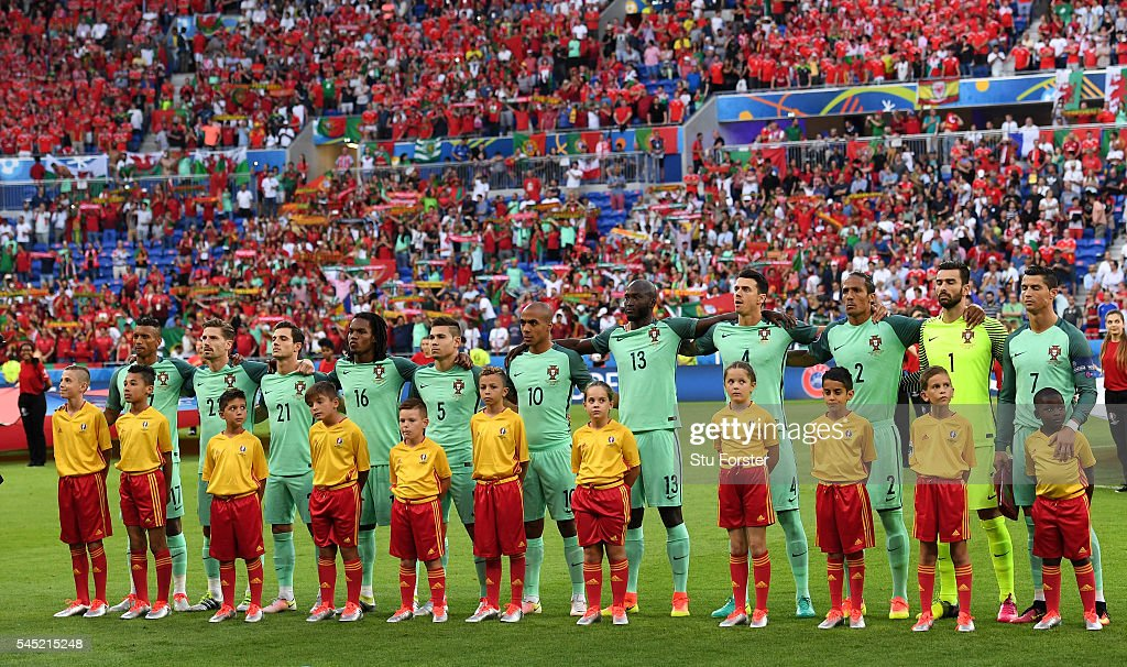 Hilo de la selección de Portugal Portugal-players-line-up-for-the-national-anthem-prior-to-the-uefa-picture-id545215248