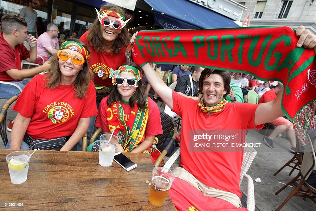Portugal supporters cheer ahead of the Euro 2016 championship match between Poland and Portugal, in Marseille, southern France, on June 30, 2016. / AFP / JEAN