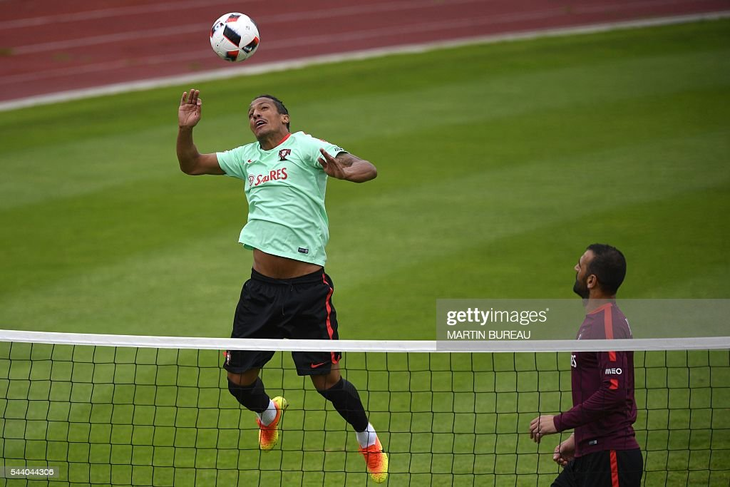 Portugal's defender Bruno Alves attends a training session, on July 1, 2016 in Marcoussis, south of Paris, during the Euro 2016 football tournament. / AFP / MARTIN