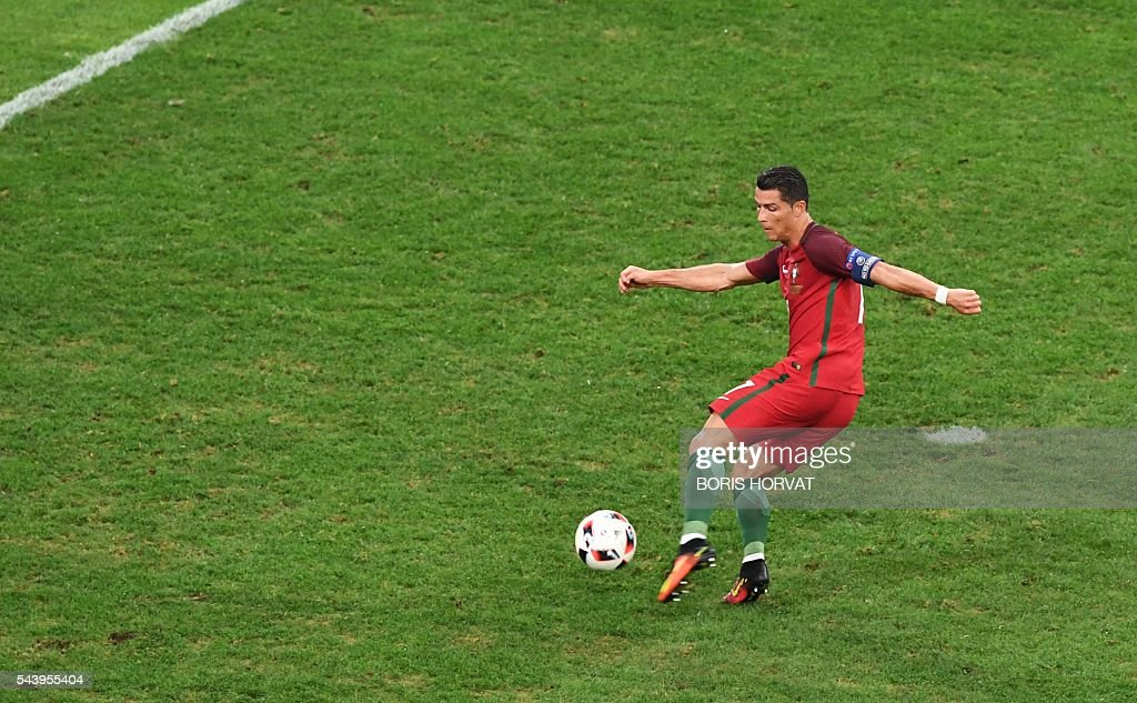 Portugal's forward Cristiano Ronaldo controls the ball during the Euro 2016 quarter-final football match between Poland and Portugal at the Stade Velodrome in Marseille on June 30, 2016. / AFP / BORIS