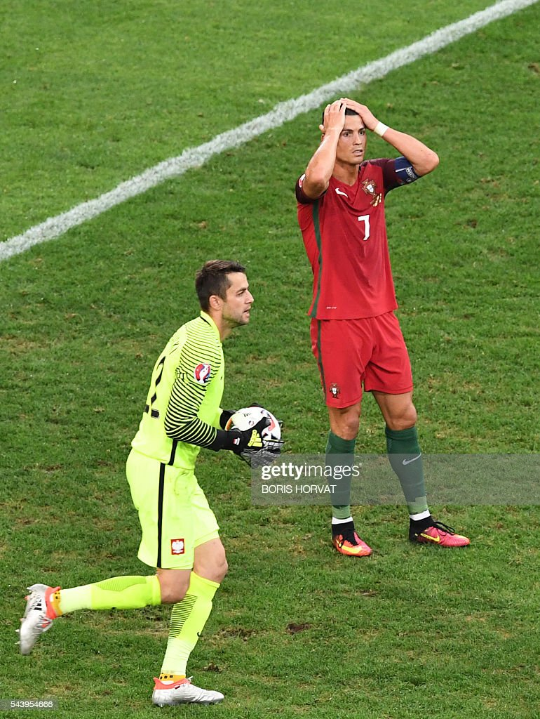Portugal's forward Cristiano Ronaldo (R) reacts after missing a goal opportunity against Poland's goalkeeper Lukasz Fabianski during the Euro 2016 quarter-final football match between Poland and Portugal at the Stade Velodrome in Marseille on June 30, 2016. / AFP / BORIS