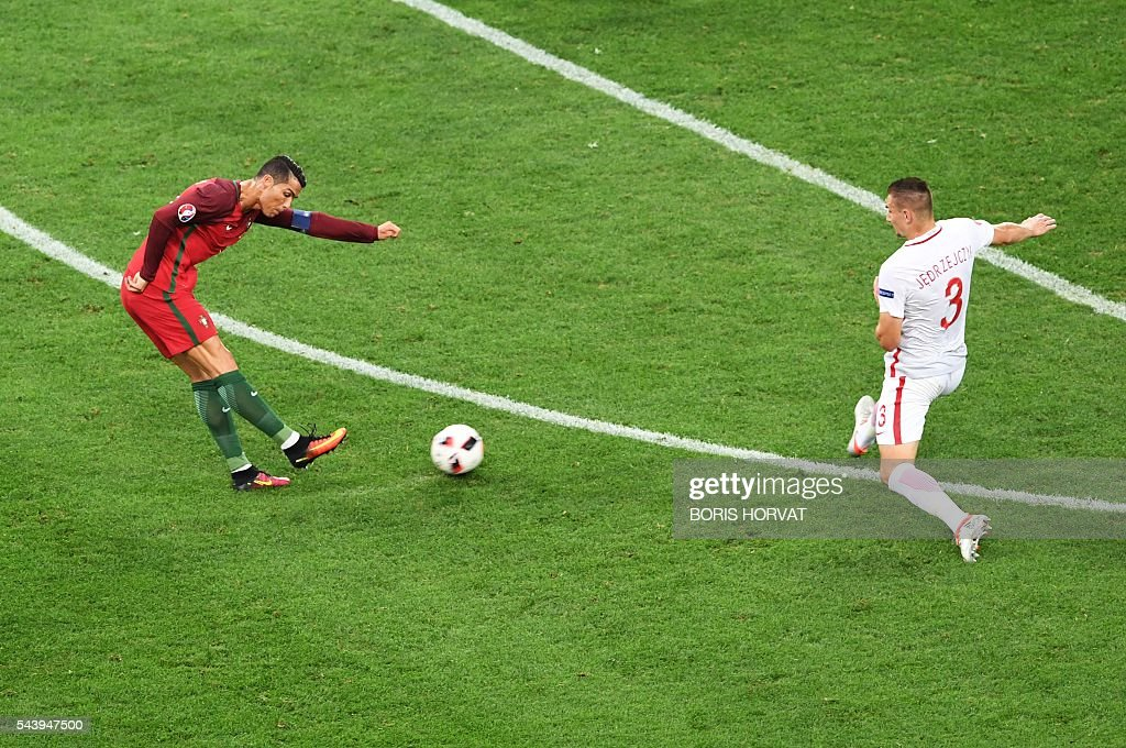 Portugal's forward Cristiano Ronaldo (L) vies with Poland's defender Artur Jedrzejczyk during the Euro 2016 quarter-final football match between Poland and Portugal at the Stade Velodrome in Marseille on June 30, 2016. / AFP / BORIS