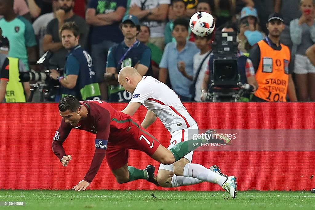Portugal's forward Cristiano Ronaldo (L) vies with Poland's defender Michal Pazdan during the Euro 2016 quarter-final football match between Poland and Portugal at the Stade Velodrome in Marseille on June 30, 2016. / AFP / Valery HACHE