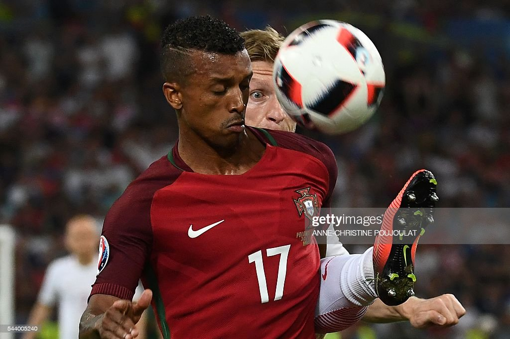 TOPSHOT - Portugal's forward Nani (L) vies for the ball with Poland's midfielder Jakub Blaszczykowski during the Euro 2016 quarter-final football match between Poland and Portugal at the Stade Velodrome in Marseille on June 30, 2016. / AFP / ANNE