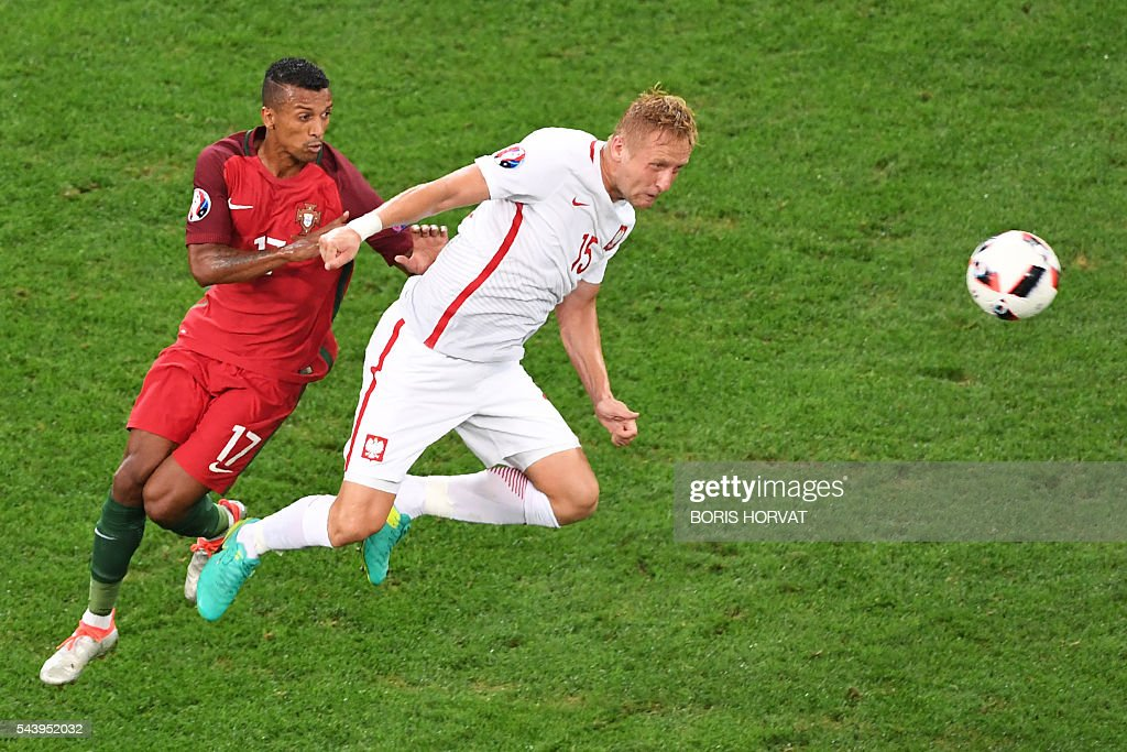 Portugal's forward Nani (L) vies with Poland's defender Kamil Glik during the Euro 2016 quarter-final football match between Poland and Portugal at the Stade Velodrome in Marseille on June 30, 2016. / AFP / BORIS