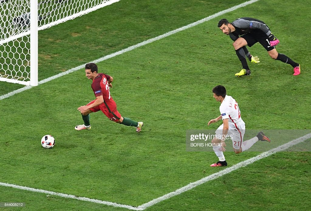 Portugal's midfielder Adrien Silva (L) runs dor the ball next to Portugal's goalkeeper Rui Patricio and Poland's midfielder Bartosz Kapustka during the Euro 2016 quarter-final football match between Poland and Portugal at the Stade Velodrome in Marseille on June 30, 2016. / AFP / BORIS