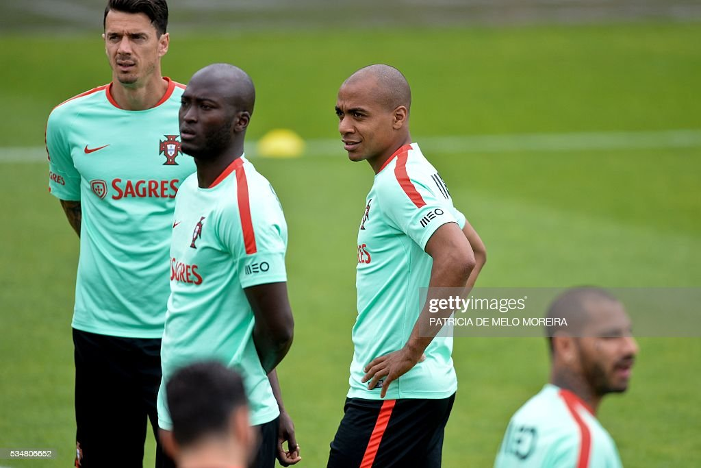 Portugal's midfielder Joao Mario (3L) stands during a training session on the eve of the friendly match Portugal vs Norway in preparation for the Euro 2016 at Portugal's team training center 'Cidade do Futebol' (Football City) in Oeiras, outskirts of Lisbon on May 28, 2016. / AFP / PATRICIA