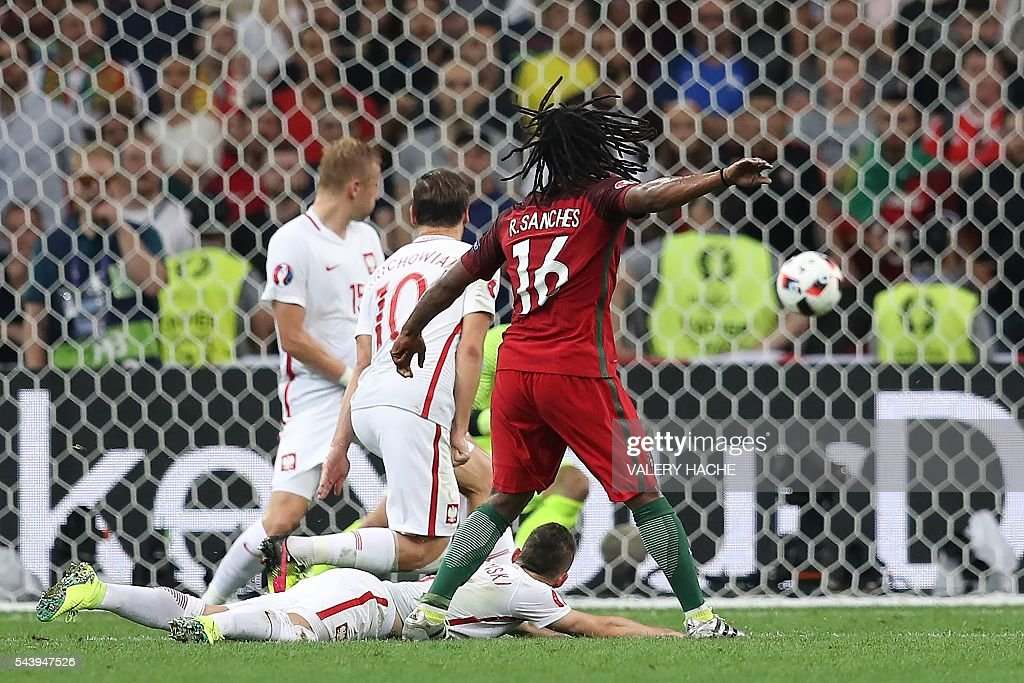 Portugal's midfielder Renato Sanches (R) scores during the Euro 2016 quarter-final football match between Poland and Portugal at the Stade Velodrome in Marseille on June 30, 2016. / AFP / Valery HACHE