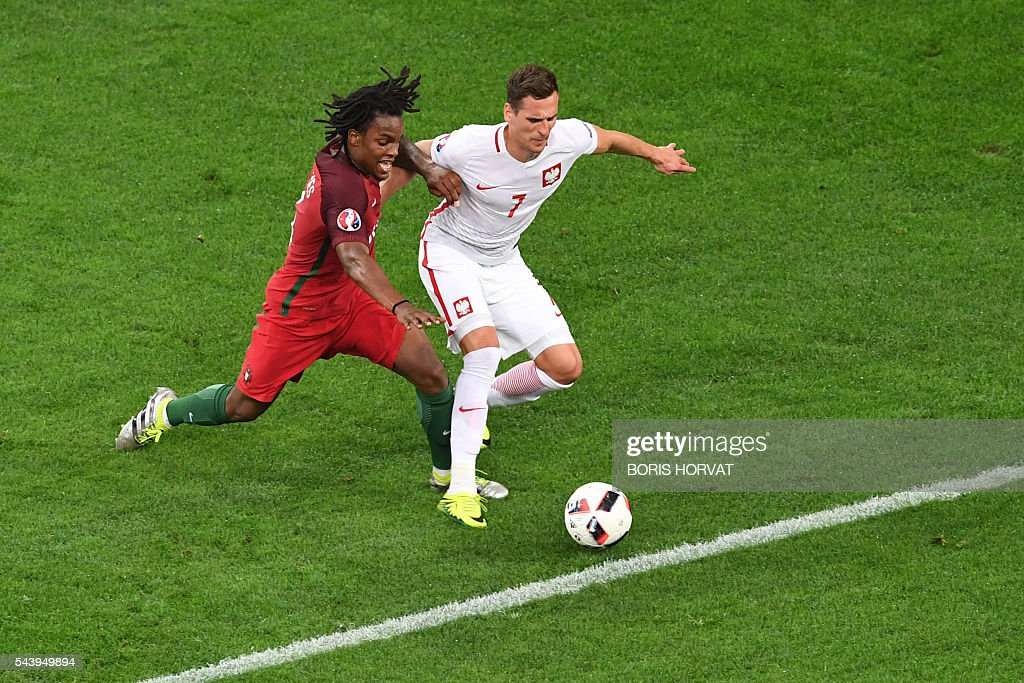 Portugal's midfielder Renato Sanches (L) vies with Poland's forward Arkadiusz Milik during the Euro 2016 quarter-final football match between Poland and Portugal at the Stade Velodrome in Marseille on June 30, 2016. / AFP / BORIS