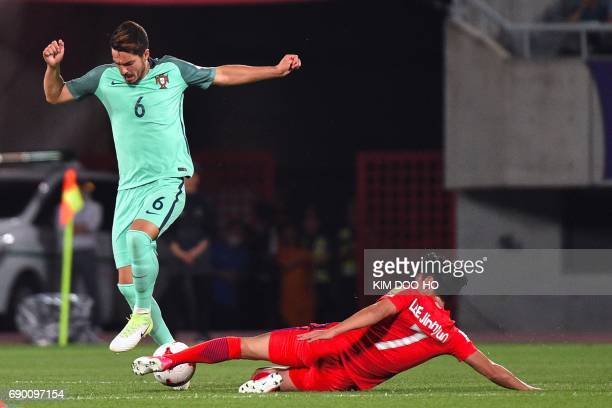 Portugal's Pepe fights for the ball with South Korea's Lee JinHyun during the FIFA Under 20 World Cup round of 16 football match in Cheonan on May 30...