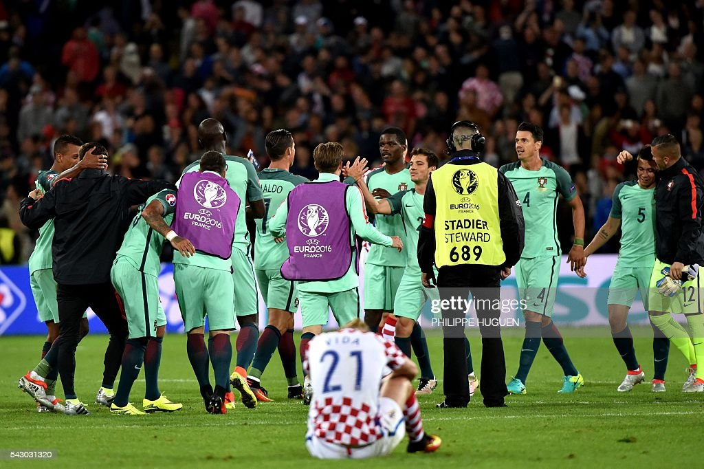 TOPSHOT - Portugal's players celebrate at the end of the Euro 2016 round of sixteen football match Croatia vs Portugal, on June 25, 2016 at the Bollaert-Delelis stadium in Lens. / AFP / PHILIPPE