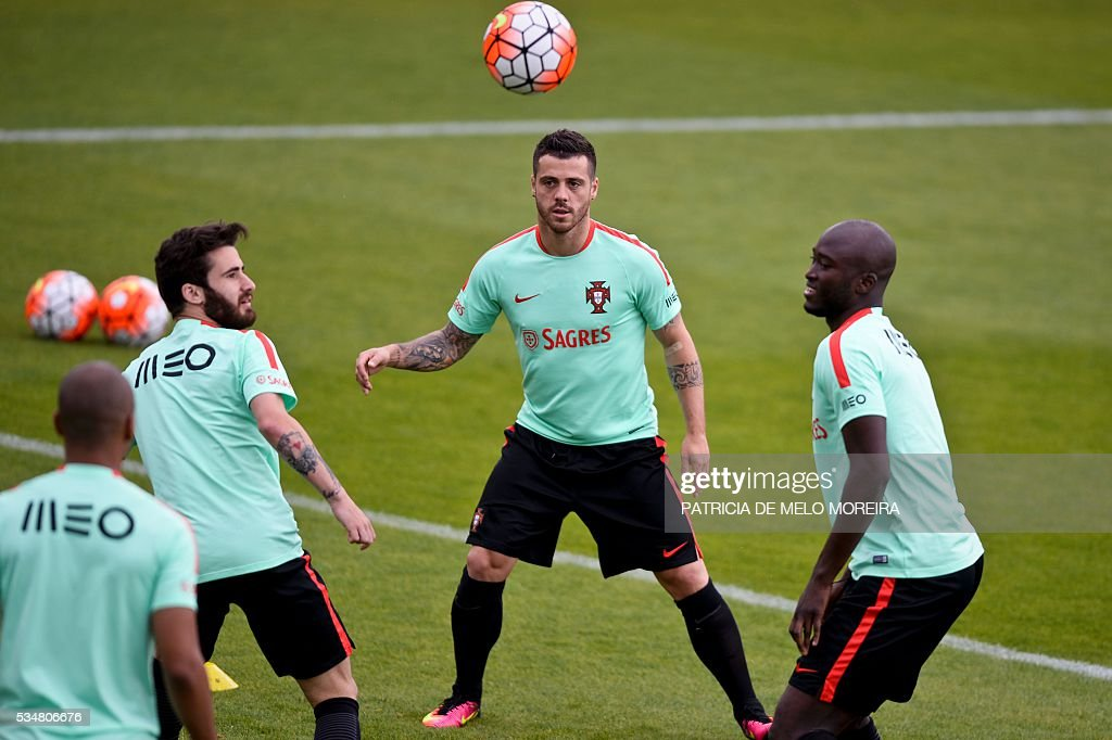 Portugal's players practice during a training session on the eve of the friendly match Portugal vs Norway in preparation for the Euro 2016 at Portugal's team training center 'Cidade do Futebol' (Football City) in Oeiras, outskirts of Lisbon on May 28, 2016. / AFP / PATRICIA
