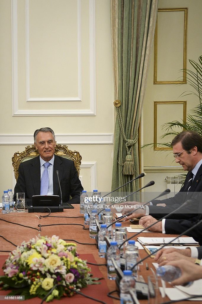 Portugal's President Anibal Cavaco Silva (L), flanked by Portuguese Prime Minister Pedro Passos Coelho (R), chairs a state council meeting at the Belem Palace in Lisbon on July 3, 2014. Portugal emerged on May 17 from a three-year bailout programme supervised by the European Union and International Monetary Fund. The centre-right government aims to lower the country's annual public deficit to the equivalent of 4.0 percent of total economic output by the end of this year from 4.9 percent in 2013. AFP PHOTO / PATRICIA DE MELO MOREIRA
