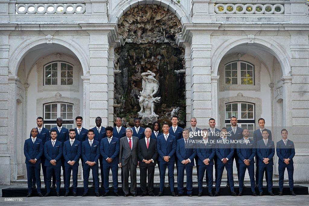 Hilo de la selección de Portugal Portugals-team-pose-with-the-portuguese-president-marcelo-rebelo-de-picture-id538627732