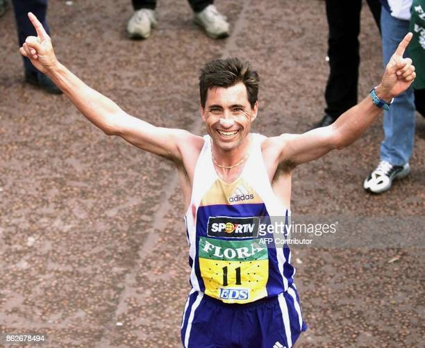 Portuguese Antonio Pinto celebrates his win in the men's London marathon 16 April 2000 Pinto won the race in a time of 2hr 06min 36sec / AFP PHOTO /...