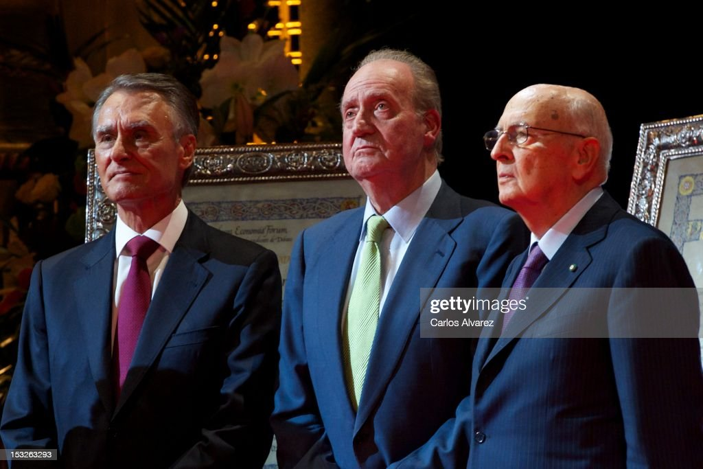 Portuguese President <a gi-track='captionPersonalityLinkClicked' href=/galleries/search?phrase=Anibal+Cavaco+Silva&family=editorial&specificpeople=577282 ng-click='$event.stopPropagation()'>Anibal Cavaco Silva</a> (L) and Italian President <a gi-track='captionPersonalityLinkClicked' href=/galleries/search?phrase=Giorgio+Napolitano&family=editorial&specificpeople=568986 ng-click='$event.stopPropagation()'>Giorgio Napolitano</a> (R) receive from King Juan Carlos of Spain (C) the 'Nueva Economia 2011 and 2012' awards at the Zarzuela Theater on October 2, 2012 in Madrid, Spain.