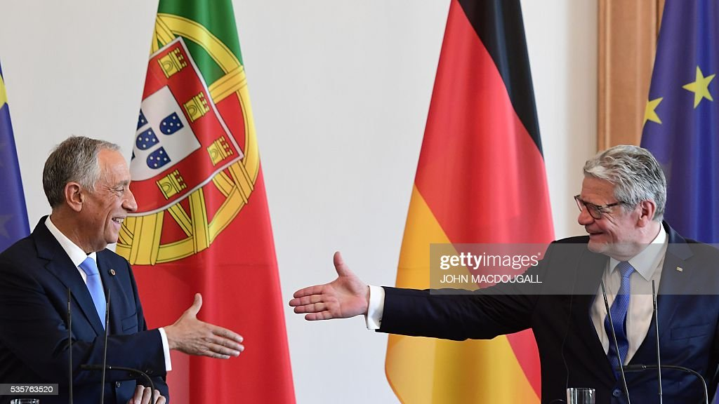 Portuguese President Marcelo Rebelo de Sousa (L) and German president Joachim Gauck are to shake hands at a press conference as they meet for talks at the Bellevue presidential palace in Berlin on May 30, 2016. / AFP / John MACDOUGALL