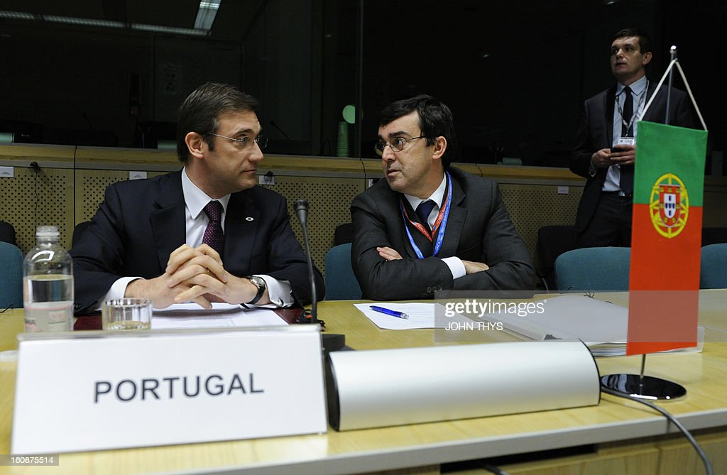 Portuguese Prime Minister Pedro Passos Coelho (L) speaks to an advisor during the 'friends of cohesion policy' group meeting at the European Parliament on February 7, 2013 in Brussels, on the first day of a two-day European Union leaders summit. European Union leaders head into a fresh clash over the EU's budget with the only certainty being that proposals for several years will be cut back. AFP PHOTO / JOHN THYS