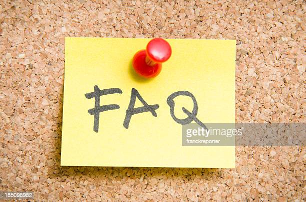 FAQ Post-it nota su un muro in legno sughero