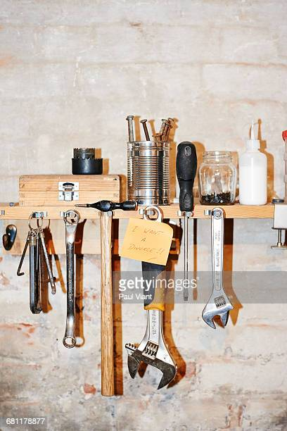 post it note on tool rack- I want a divorce