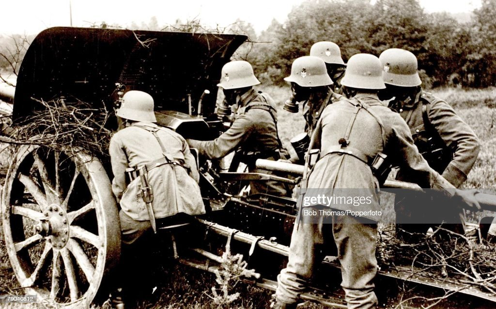 Postcards World War II The German Wehrnacht on field manoevres A picture of an artillery unit with the crew wearing gas masks