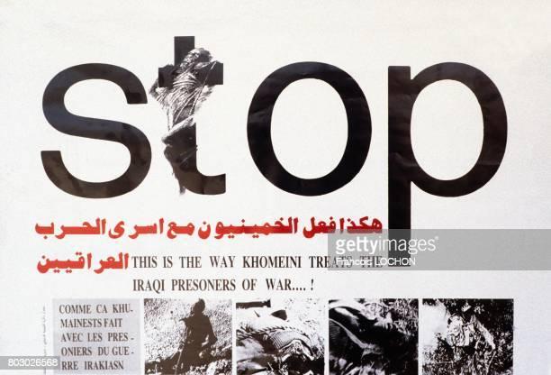 Poster denonçant la façon dont l'ayatollah Khomeini traite les prisonniers de guerre irakiens pendant la guerre IranIrak le 22 août 1988 à Ramadi Irak
