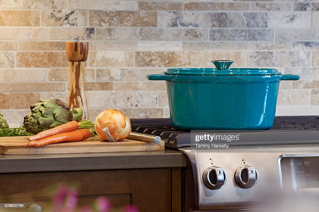 Pot on stove in domestic kitchen : Stockfoto