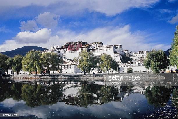 Palacio de Potala en la reflexión, Lhasa, el Tíbet