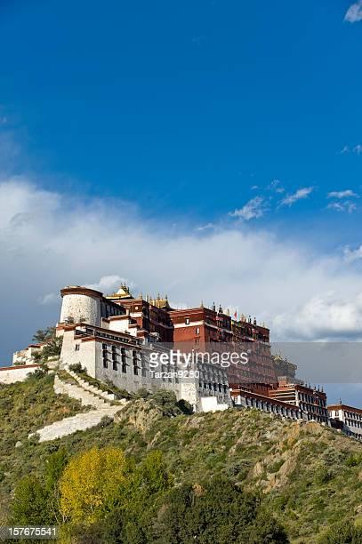 Palacio de Potala bajo cielo azul, el Tíbet